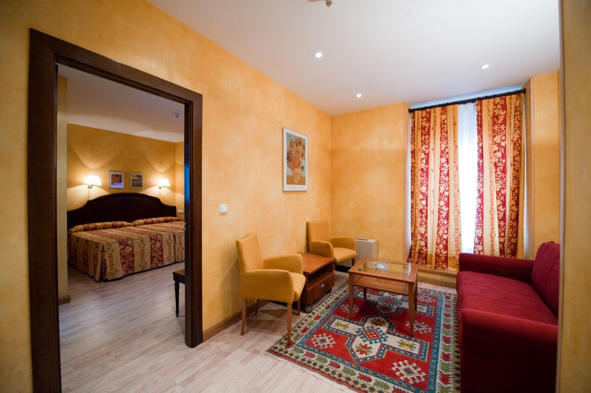 Habitaciones habitaci n con sal n hotel burgos hoteles for Precio habitacion hotel